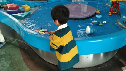 プール おもちゃ遊び